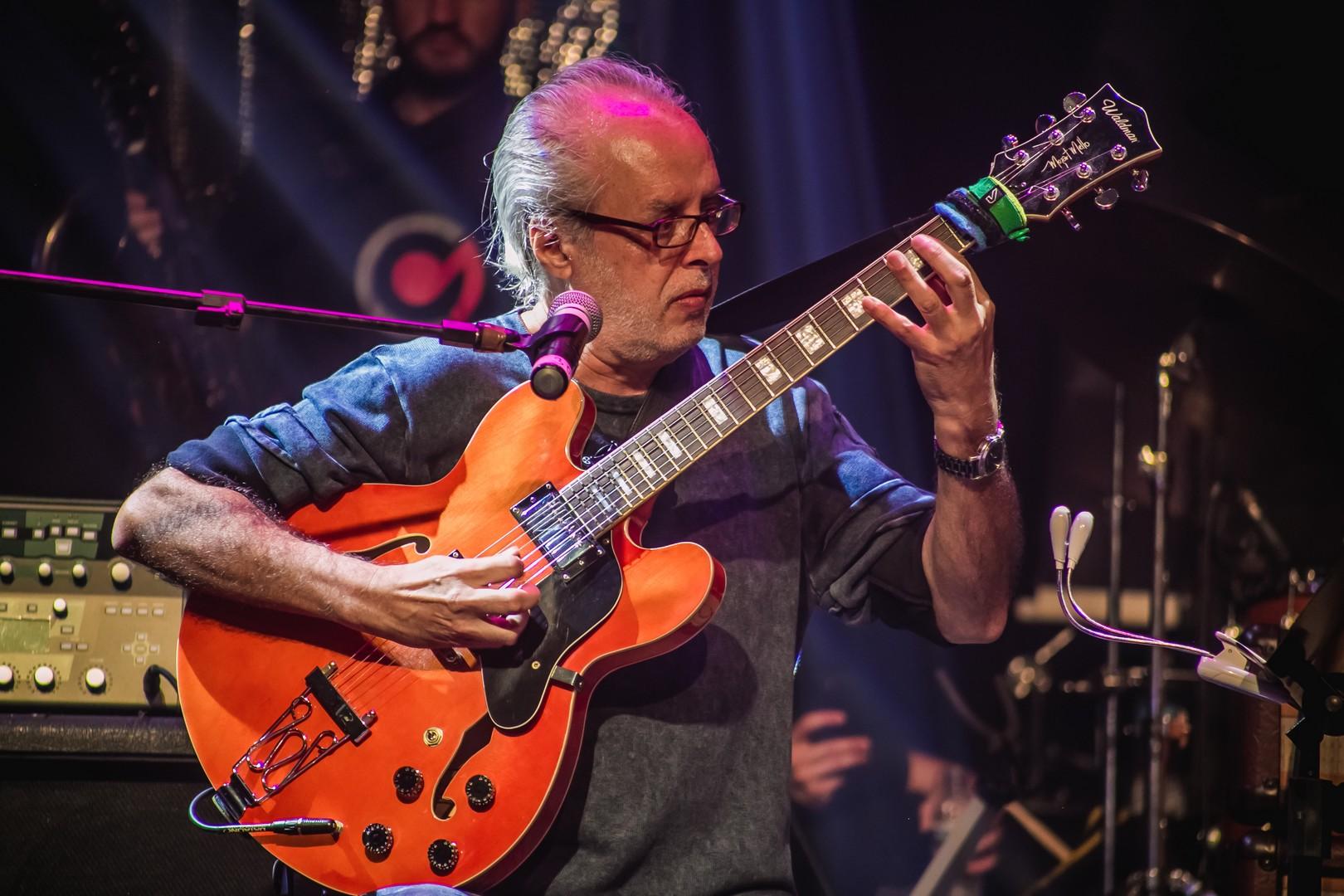 Mozart Mello toca com Banda Cavallieri no III Guitar Player Festival